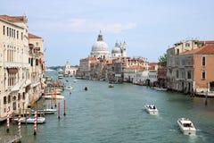 Kanal stor och Santa Maria della Salute kyrka i Venedig, Italien royaltyfri foto