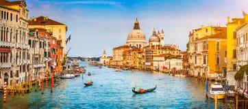 Kanal stora och basilikadi Santa Maria della Salute på solnedgången i Venedig, Italien Royaltyfri Bild