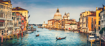 Kanal stora och basilikadi Santa Maria della Salute på solnedgången i Venedig, Italien Arkivbilder