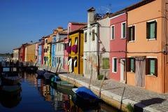 Kanal und Bürgersteig von Burano-Insel, Venedig, Italien stockfotos