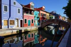 Kanal und Bürgersteig von Burano-Insel, Venedig, Italien lizenzfreies stockfoto