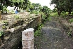 Kanal und Backsteinmauer Anciant im anciant buddhistischen Tempel Lizenzfreies Stockbild