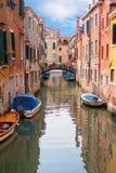 Kanal und Brücke in Venedig Stockbilder