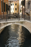Kanal und Brücke in Venedig lizenzfreie stockbilder