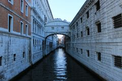 Kanal und brige in Venedig lizenzfreie stockfotografie