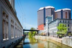 Kanal und Gebäude in im Stadtzentrum gelegenem Richmond, Virginia lizenzfreies stockbild