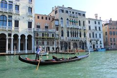 Kanal und Gondel in Venedig stockfotos