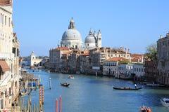 Kanal und Gondel in Venedig Stockfotografie