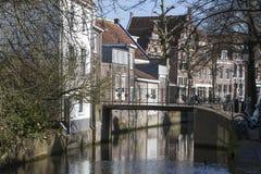 Kanal und historische Häuser in den Niederlanden stockfotografie