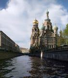 Kanal und Kirche Lizenzfreie Stockfotos