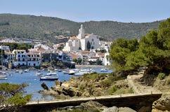 Kanal und Stadt von Cadaqués in Spanien Stockfotos