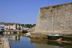Kanal und Zitadelle von Le Palais an der Schönheit Ile in Fran Lizenzfreies Stockfoto