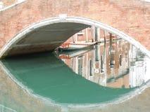Kanal unter Ziegelstein-Brücke mit Reflexionen stockbild