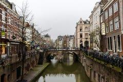 KANAL Utrecht, Nederländerna - December 3, 2017: Sikt av en bro fotografering för bildbyråer