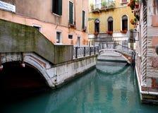 Kanal in Venedig Italien mit Brücken Stockbild