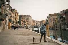 Kanal in Venedig Italien lizenzfreies stockbild