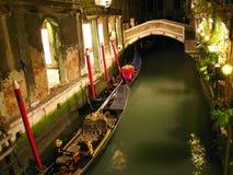Kanal in Venedig nachts Lizenzfreie Stockbilder