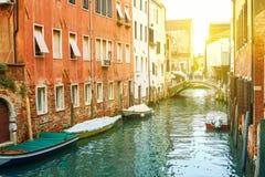 Kanal in Venedig am sonnigen Tag lizenzfreie stockbilder