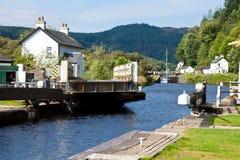 Kanal-Verriegelung mit Brücke Stockbild