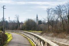 Kanal Villoresi, gränd för gångare och cyklar royaltyfri fotografi