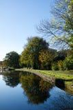 Kanal-Wasser-Baum-Reflexionen stockfotos