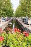 Kanal Zoutsloot i gammal stad av Harlingen, Nederländerna Royaltyfria Bilder