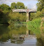 Kanalakvedukt som korsar över floden arkivfoton