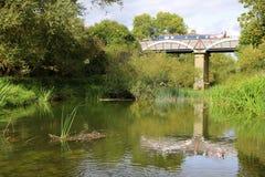 Kanalakvedukt som korsar över floden royaltyfria foton