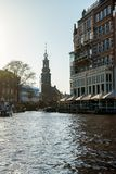 Kanalansichten über Munttoren-Turm in Amsterdam, die Niederlande, am 13. Oktober 2017 stockbild
