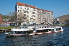 Kanalausflug-Bootssegeln auf Fluss-Gelage lizenzfreies stockfoto