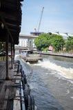 Kanalboot auf Klong Saen Saep kommt für Passagiere an Stockbilder