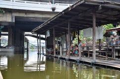 Kanalboot auf Klong Saen Saep kommt für Passagiere an Lizenzfreie Stockfotos