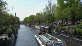 Kanalboot im Kanal Amsterdam stock video footage