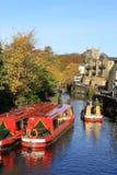 Kanalboote auf Frühlings-Kanal, Skipton, Yorkshire Stockfotos