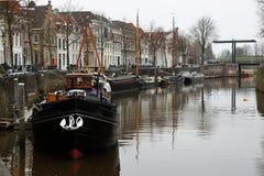 Kanalboote und -häuser Stockfotos