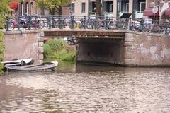 Kanalbro i Amsterdam Royaltyfri Foto