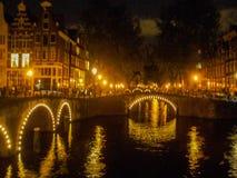 Kanalbro i Amsterdam vid natt Arkivfoto