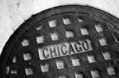 Kanaldeckel auf Chicago-Straße Stockfoto