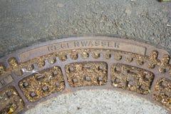 Kanaldeckel auf der Straße in Deutschland Stockbild