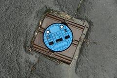 Kanaldeckel auf einer Straße Stockfotos