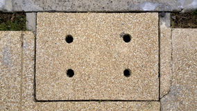 Kanaldeckel in der Straße Lizenzfreie Stockbilder