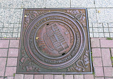 Kanaldeckel mit den Symbolen des nationalen akademischen Bolshoi Stockbild