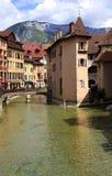 Kanalen av Annecy, Frankrike Arkivbild