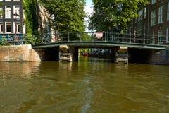 Kanalen en boten van Amsterdam stock afbeeldingen