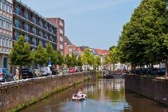 Kanalen en traditionele Nederlandse architectuurhuizen in historische stad Den Bosch Stock Afbeelding
