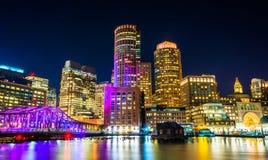 Kanalen för Boston horisont- och fortpunkt på natten från fanpir Royaltyfria Bilder