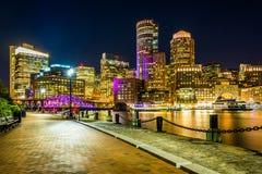 Kanalen för Boston horisont- och fortpunkt på natten från fanpir Arkivbilder