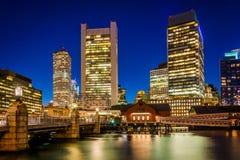 Kanalen för Boston horisont- och fortpunkt på natten, i Boston, M Arkivbilder
