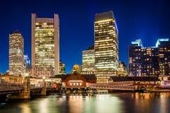 Kanalen för Boston horisont- och fortpunkt på natten, i Boston, M Fotografering för Bildbyråer
