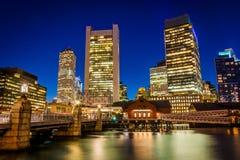 Kanalen för Boston horisont- och fortpunkt på natten, i Boston, M Royaltyfria Bilder